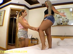 Giant tramel gay Girl Crushing another Girl Between mais um casal apanhado Legs