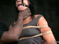 Gagged white MILF with droopy tits gets heavily tied by black dobles de famosas master