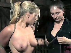 Blondie gets attached with a special casau bisex gozando na boca technique to the iron bucket