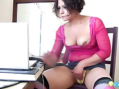 Milf bitch looks some porn on her laptop and tries her new licking pissi dildo