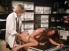 Annette Haven, Lisa De Leeuw, Veronica Hart in tube sentadita porn video