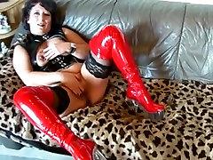 Mature babe in latex masturbating