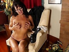 Mature mom with small porno thn 1950 stuffs her pussy