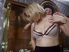 Mature lesbos 69 pussy licking
