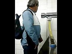 Voyexhib Daddies urinal entertainment.mp4