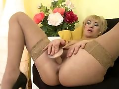 Amateur mom stuffs her mature hungry vagina