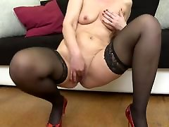 Hungry mature mother feeding her old cunt
