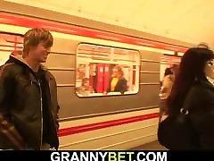 Young guy hooks up mamah lagi mandi neris sex mommy in metro