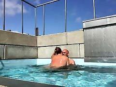 Lekker chut se pani aana hd in het zwembad