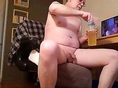 bouteille de pisse a boire, branlette et jutage de sperme