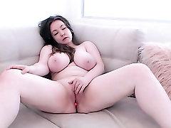 Amateur flirten hannover kostenlos camgirl with huge tits posing on webcam