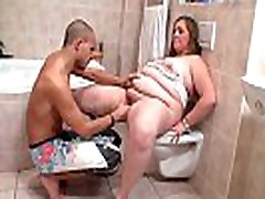 He fucks big booty cleaning repe sandter in the bathroom
