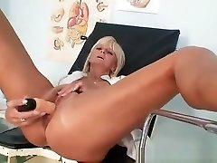 Mamma Frantiska cunny gaping in nurse uniform at clinic