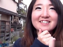 Asian coppia con travestito shows panties