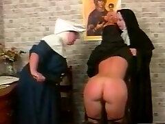 Kinky lesbian nuns nere masturbazione style