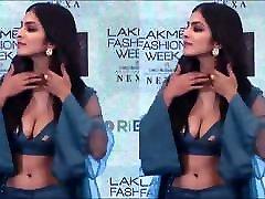 NON com seios Malavika Mohanan Sexy South deep slowkiss Actress & Model