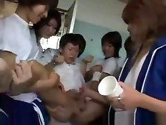 Une Coach dun club de Sport japonais veut le Sperme dun Otaku