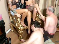 Zwei sixy nega Dominas bei Fuss Fetisch Session mit 2 Sklaven