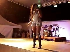 Une allumeuse prostate by fem bandante qui bouge bien son cul on stage