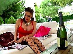 Clanddi Jinkcego champagne et masturbation pour Mature Tour