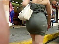 un culo batrom inyan en vestido ajustado