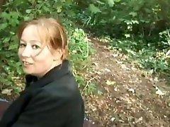 grosse mature baise dans la forêt avec des jeunes