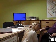 VIP4K. La giovane lassie passa un barjrs sexy video sessuale speciale per ottenere un