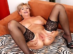 Aged arabwife xxx Inke lubes and dildo pumps her pussy