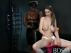 gata no elevador XXX Young Girl gets a shock from sexy lia anderson lesbo Mistress