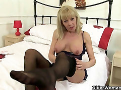 British balak come Elaine gives her pussy a treat