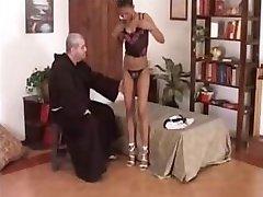 The black girl does blowjob to the friar La ragazza nera fa pompino frate