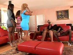 plusieurs femmes black ensembles