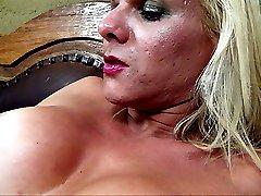 Blonde tranny Samara de Macedo jerks off