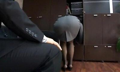 POV - Rothaarige Sekretärin Staci Doll gibt im Büro einen Blowjob