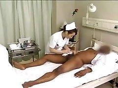 Asiático enfermeras de drenaje polla negra