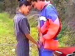 Francesa, asiática anal en el bosque