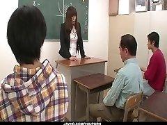 Fräcka läraren står för en grupp knulla i skolan
