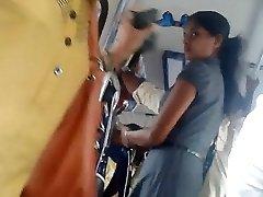 Sri lankas Søte kontor jente rumpe i buss