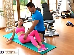FitnessRooms Gym tutor pulls down her yoga pants for bang-out