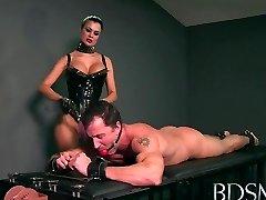 Sexiga Älskarinna älskar att reta henne sub pojkar hårda kuk medan han handfängsel