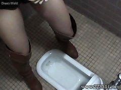 La adolescent fille qui l'a mis dans un style Japonais de toilettes