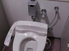 Elitist anormal kadın. Bir işyerinde tuvalette, onan