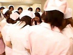 Asiático enfermeras disfrutar del sexo en la parte superior