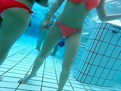 sexy asiática y adolescentes adolescentes agradable colillas en la piscina