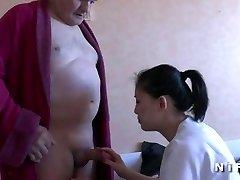 Ung sjuksköterska blåser en gammal man