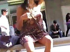 Asiático Flashing En Público Sin Pantalones