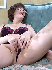 Cock-hungry mom in glasses lustily gobbles on meat and gets finger fucked
