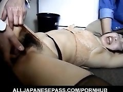 AV اليابانية نموذج شعر الكراك تقريبا ثمل من قبل اثنين من الرجال