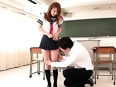 Japán iskoláslány facialized a tantermi