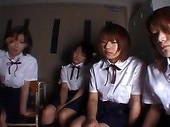 Négy Japán iskolás lányok kiköpött tanár
